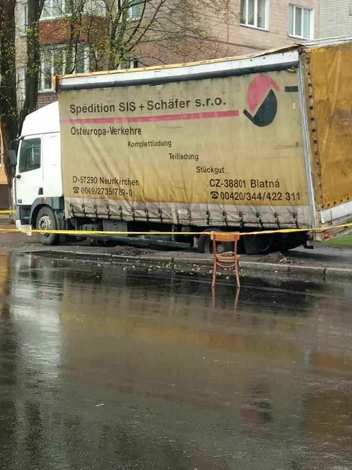 В Чернигове грузовик провалился под асфальт. Еще и отвечать за это будет, фото-3