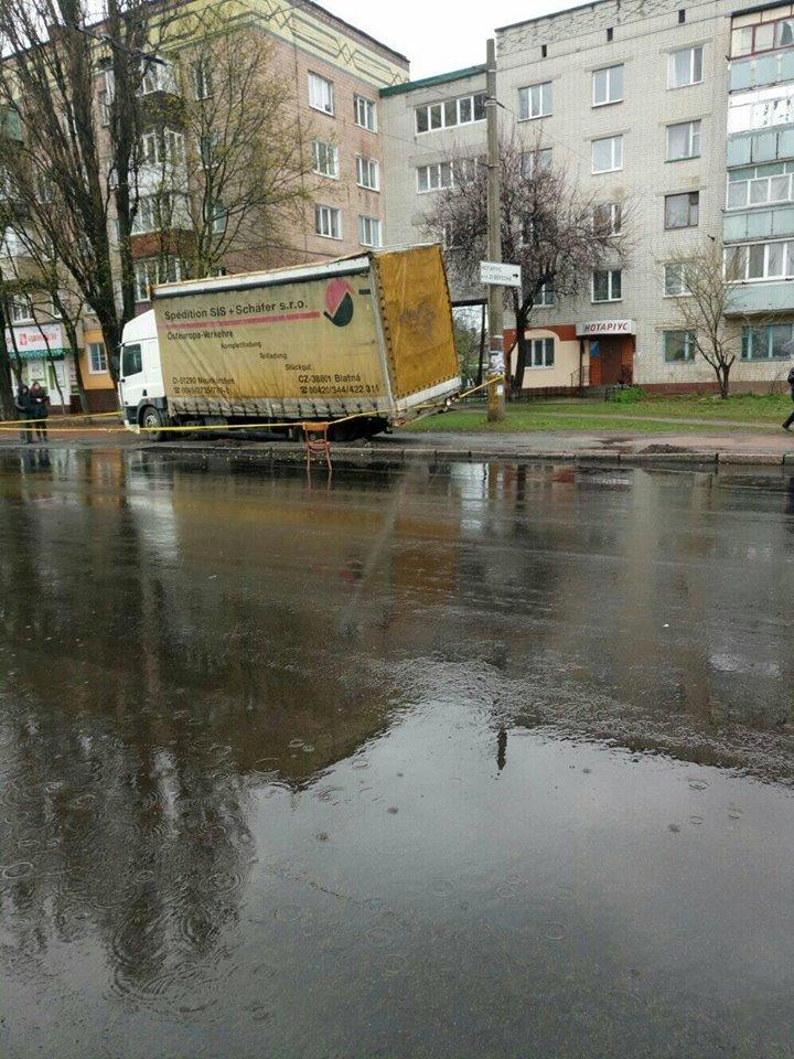 В Чернигове грузовик провалился под асфальт. Еще и отвечать за это будет, фото-2