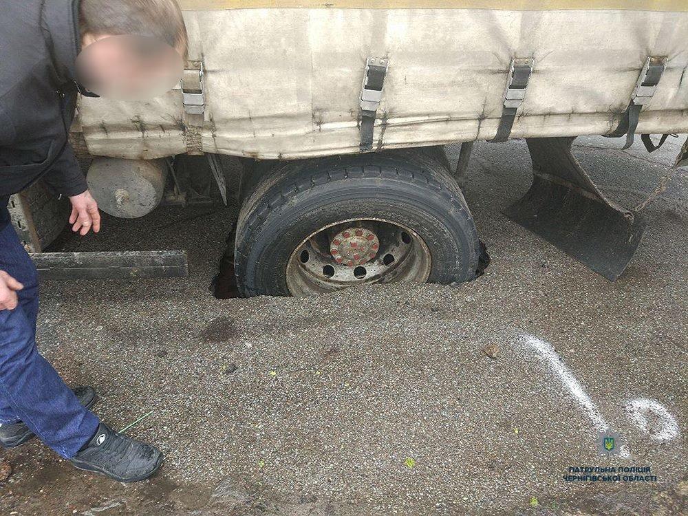 В Чернигове грузовик провалился под асфальт. Еще и отвечать за это будет, фото-1