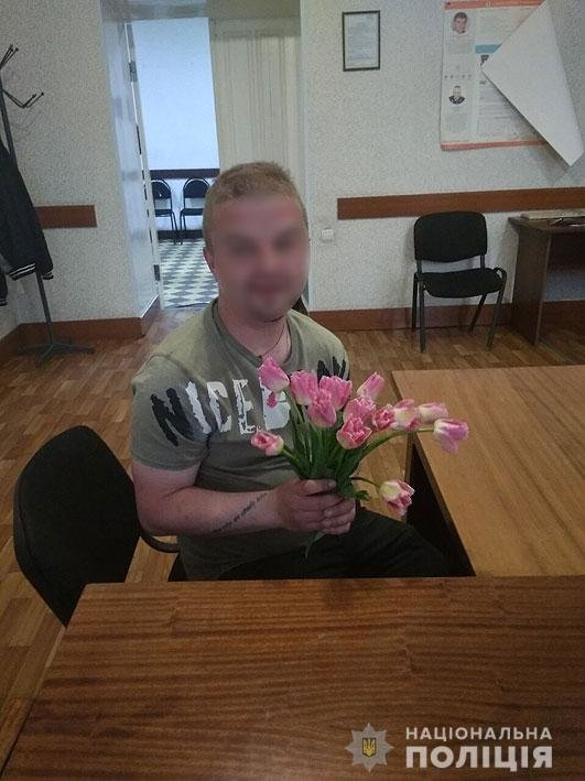Черниговец сорвал с клумбы тюльпаны, чтобы порадовать возлюбленную, фото-1