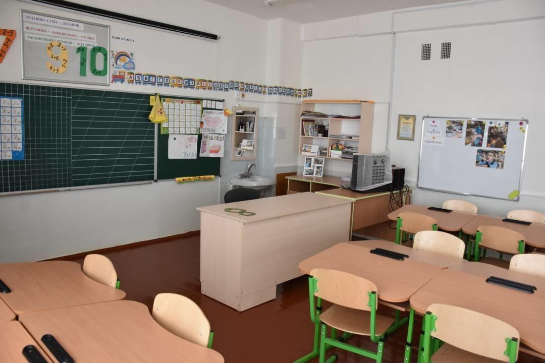 У чернігівські школи завезли нові парти для першачків, фото-4