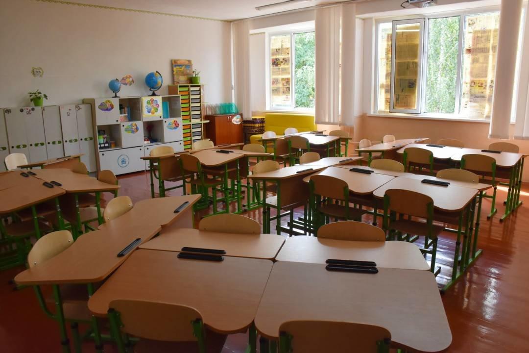 У чернігівські школи завезли нові парти для першачків, фото-1