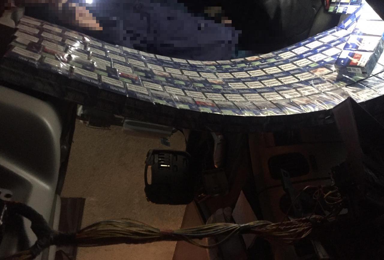 Латвиец пытался провезти через Черниговщину больше 1000 нелегальных пачек сигарет, фото-2