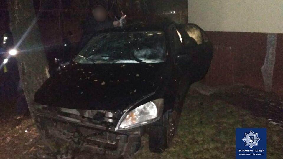 Таранил дом: в Чернигове водитель Mitsubishi врезался в многоэтажку, фото-1