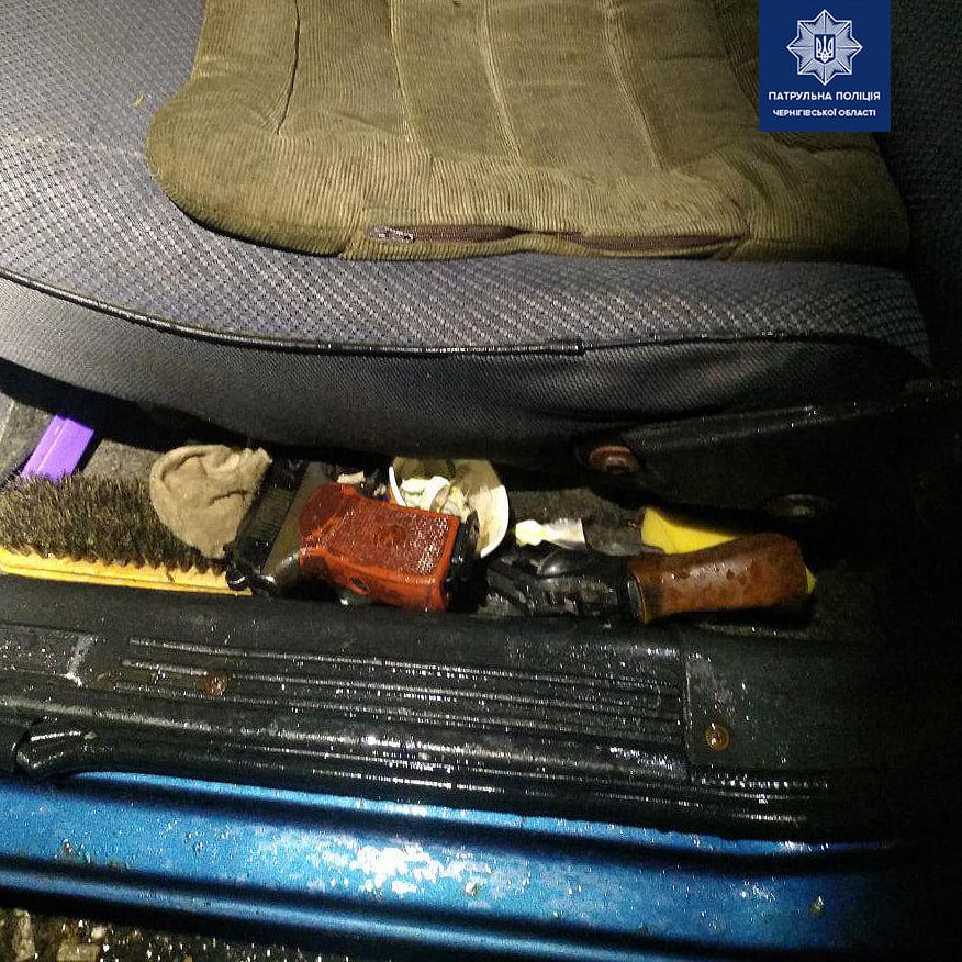 Пьяный черниговец спал в авто в компании предметов, напоминающих оружие, фото-2
