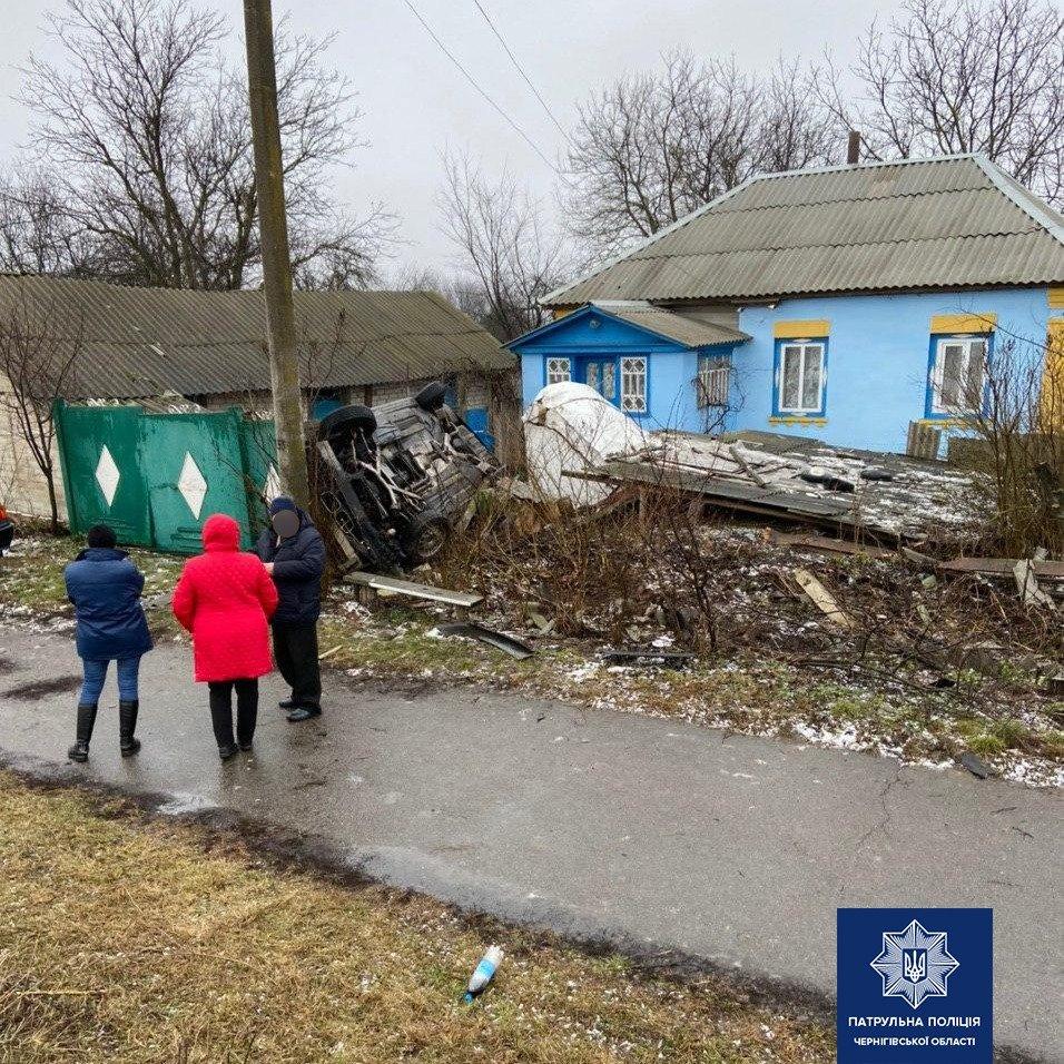 Перекинувся та залетів на чуже подвір'я: карколомне ДТП на Чернігівщині, фото-2