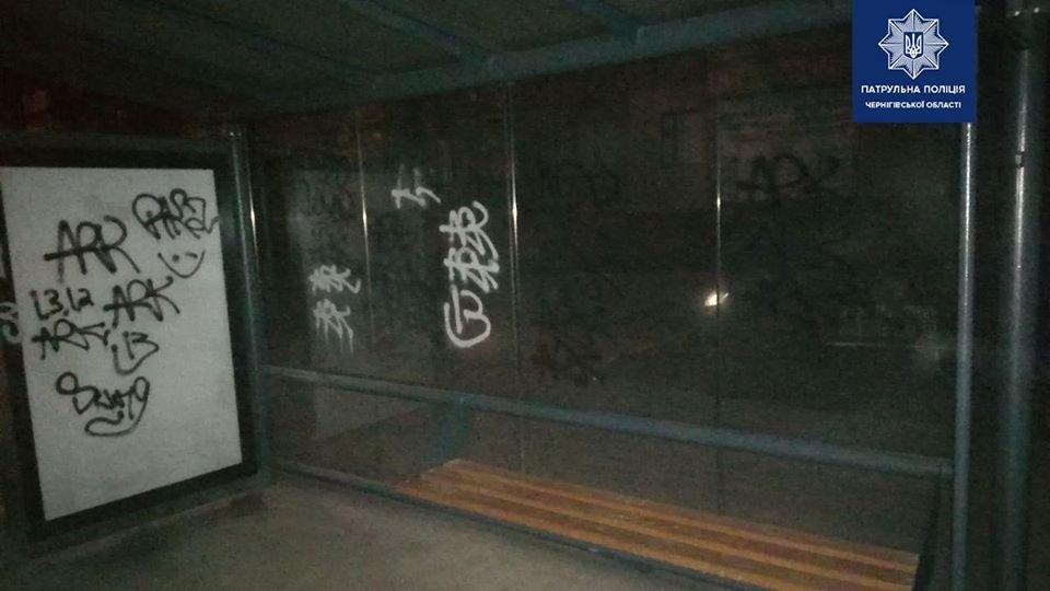 В Чернігові затримали вандалів, що пошкодили зупинку, фото-1