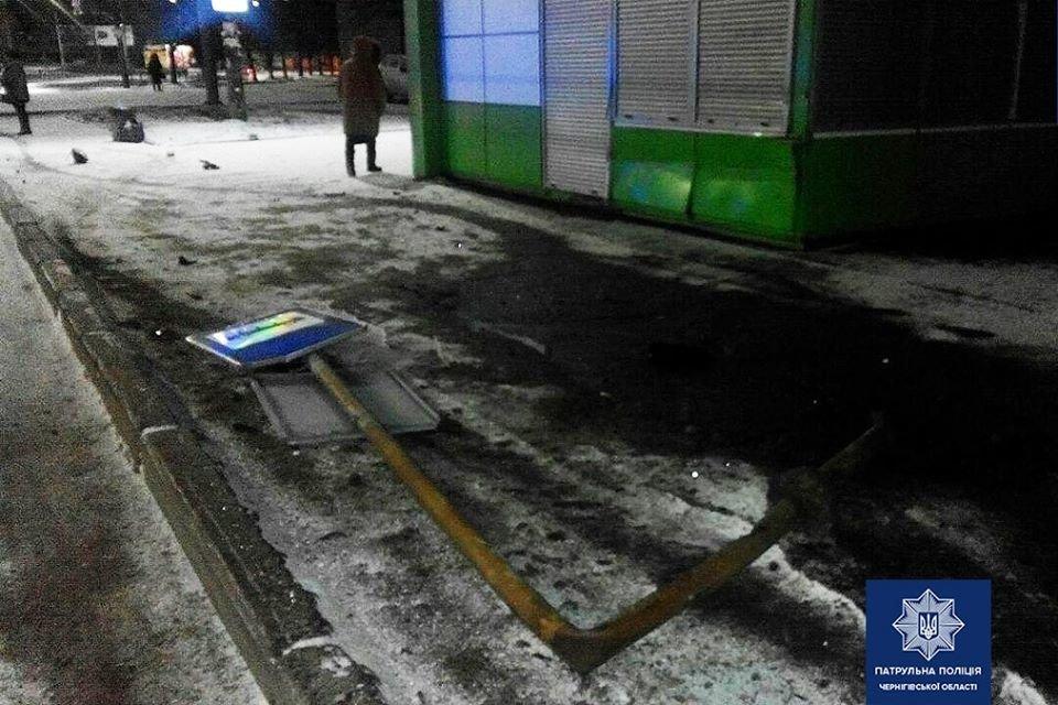 Снес знак и зацепил киоск: очередная ДТП в Чернигове, фото-2