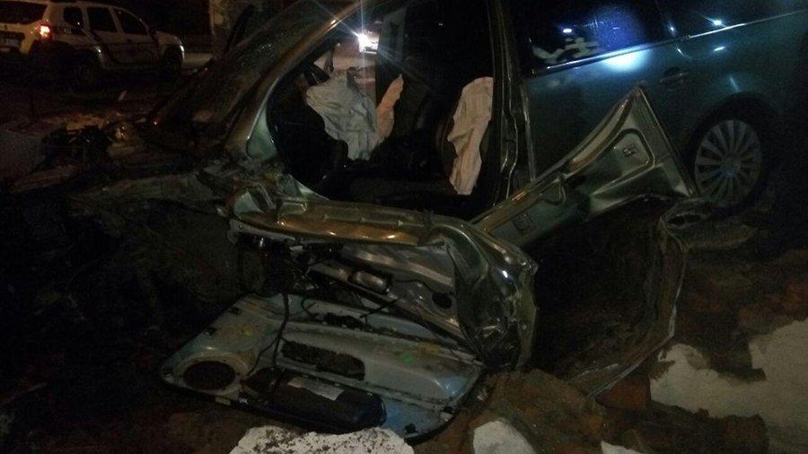 П'яний водій збив дерево, електроопору та в'їхав у сходи чернігівської школи №13, фото-3