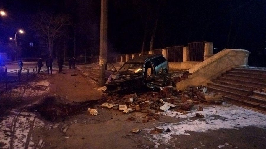 П'яний водій збив дерево, електроопору та в'їхав у сходи чернігівської школи №13, фото-2