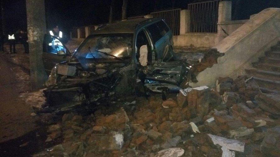 П'яний водій збив дерево, електроопору та в'їхав у сходи чернігівської школи №13, фото-5