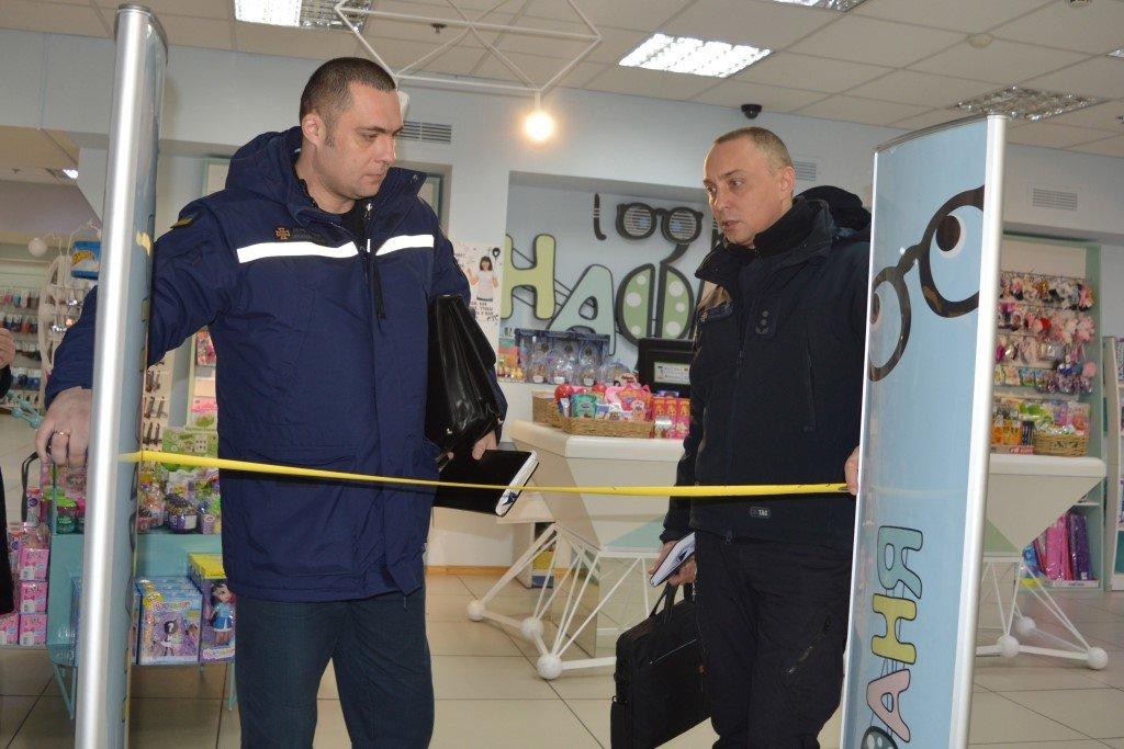 """Чернігівський """"Дитячий світ"""" перевірили рятувальники, фото-4"""