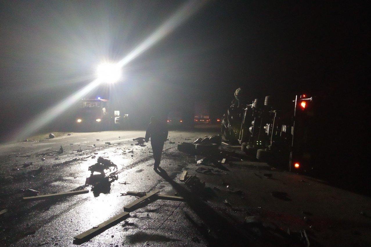 Один водій загинув на місці, другий помер у лікарні: зіткнення вантажівок на Чернігівщині, фото-3
