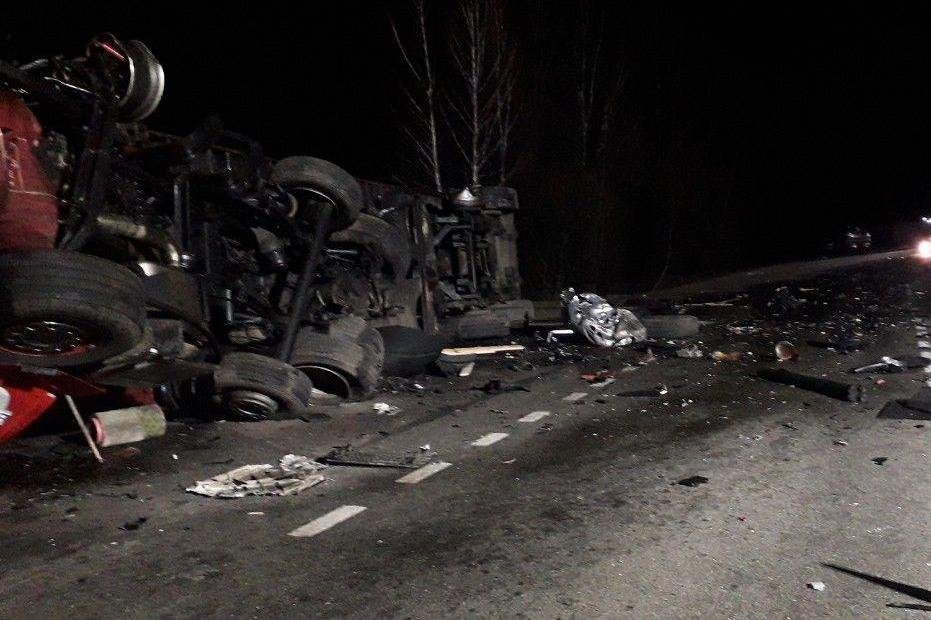 Один водій загинув на місці, другий помер у лікарні: зіткнення вантажівок на Чернігівщині, фото-2