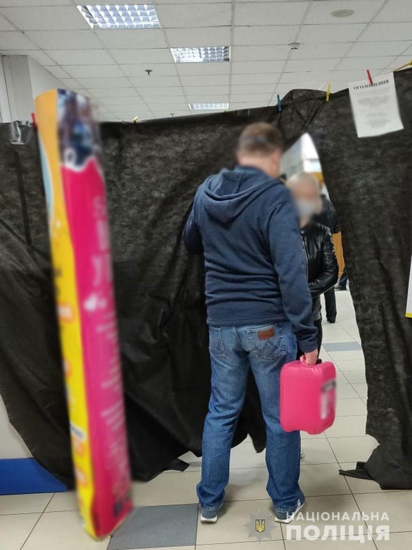 """Операція """"Шпінгалет"""": поліцейські виписали адмінпротокол на директора """"Вени"""" через недотримання карантину, фото-2"""