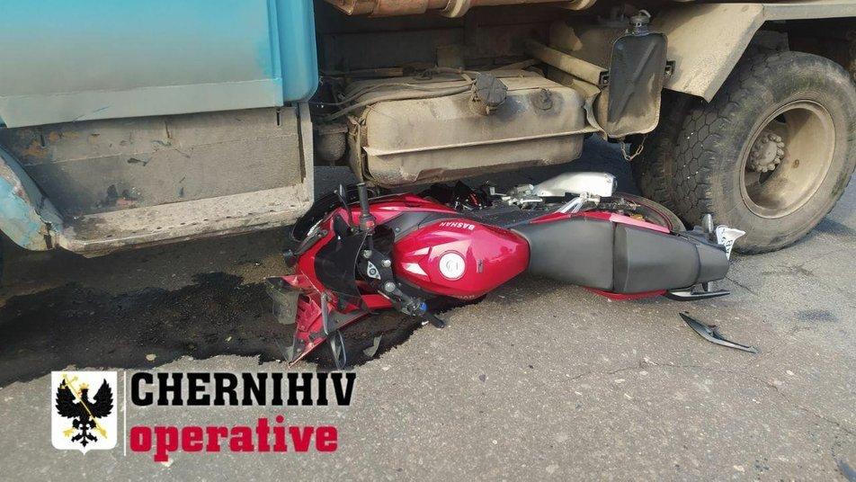 У Чернігові сміттєвоз наїхав на мотоцикліста: байкера забрала швидка допомога, фото-2