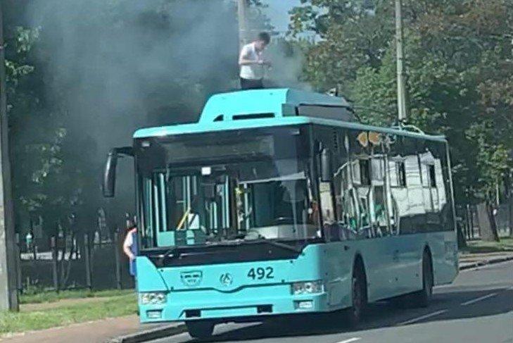 Дві пожежі у Чернігові: горіли тролейбус та Mercedes-Benz, фото-1