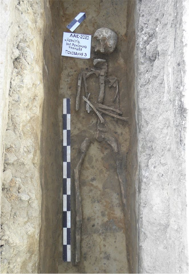 """У Чернігові археологи знайшли """"нетрадіційне"""" поховання, коли прокладали траншею для електрокабелю, фото-1"""