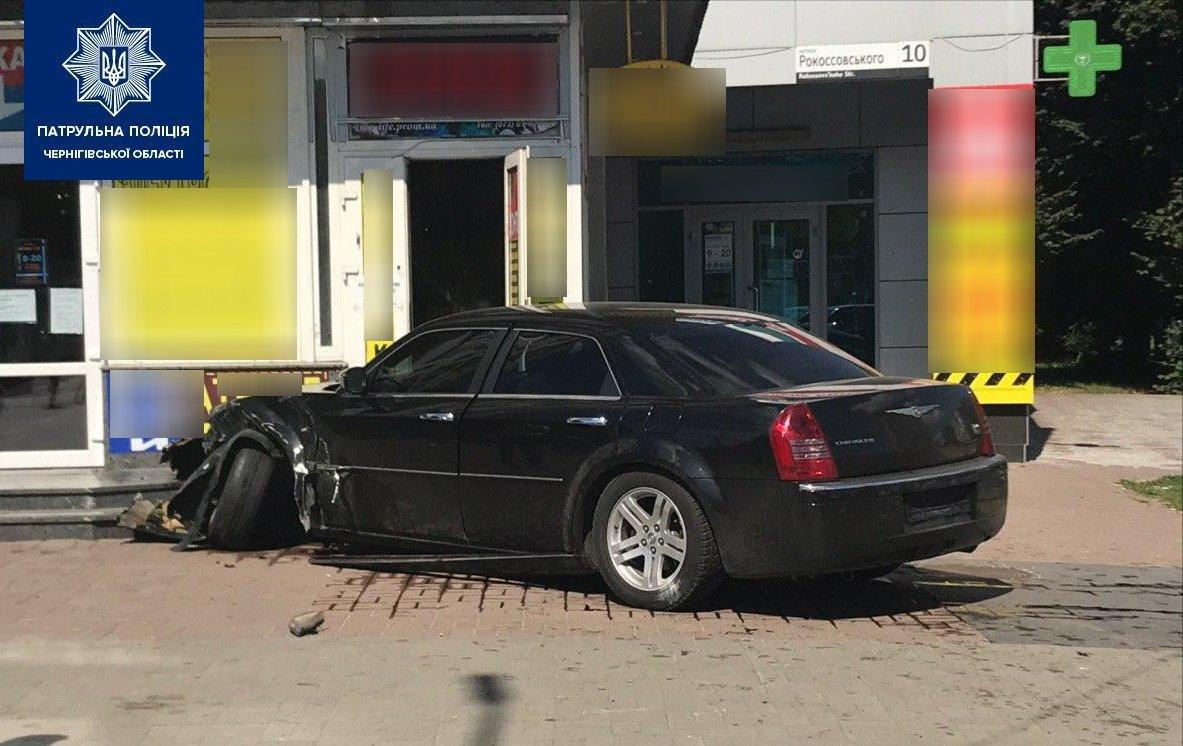 На Рокосовського Chrysler влетів у будинок: стали відомі подробиці ДТП, фото-1