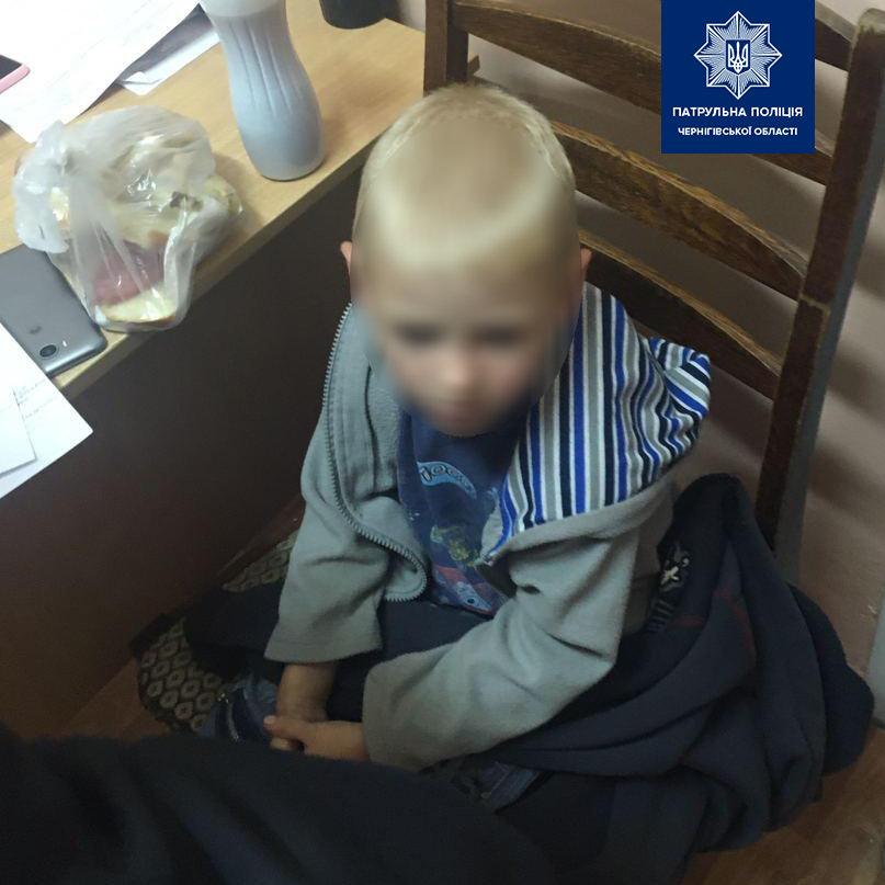 Чернігівські поліцейські не дали замерзнути дитині біля напівпритомної матері, фото-1