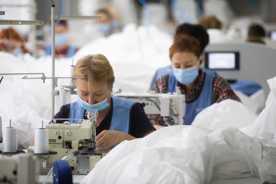 Чернігівське підприємство виготовляє більше 25 000 захисних костюмів для лікарень Чернігова та Києва, фото-1