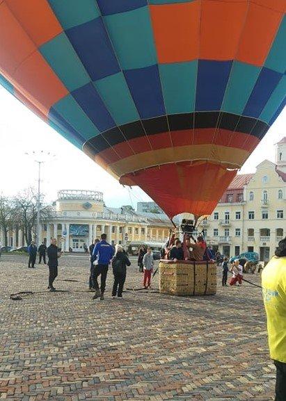 """Покатали на повітряній кулі: """"ОПОРА"""" звинуватила партію """"Рідний дім"""" у непрямому підкупі виборців, фото-4"""