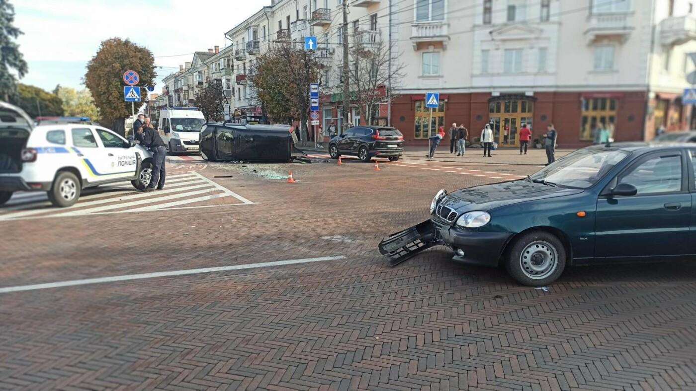 На Красній площі у Чернігові перекинувся Mercedes, фото-3