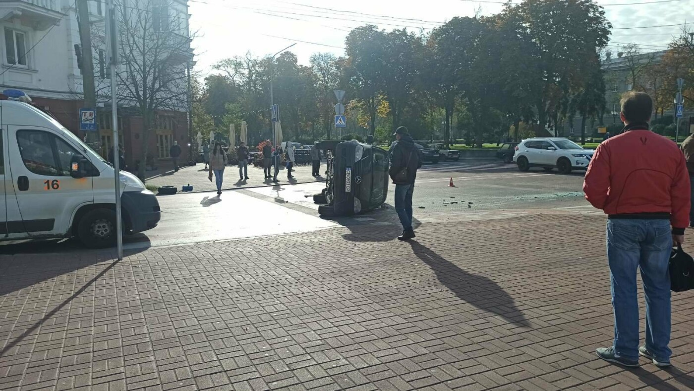 На Красній площі у Чернігові перекинувся Mercedes, фото-2