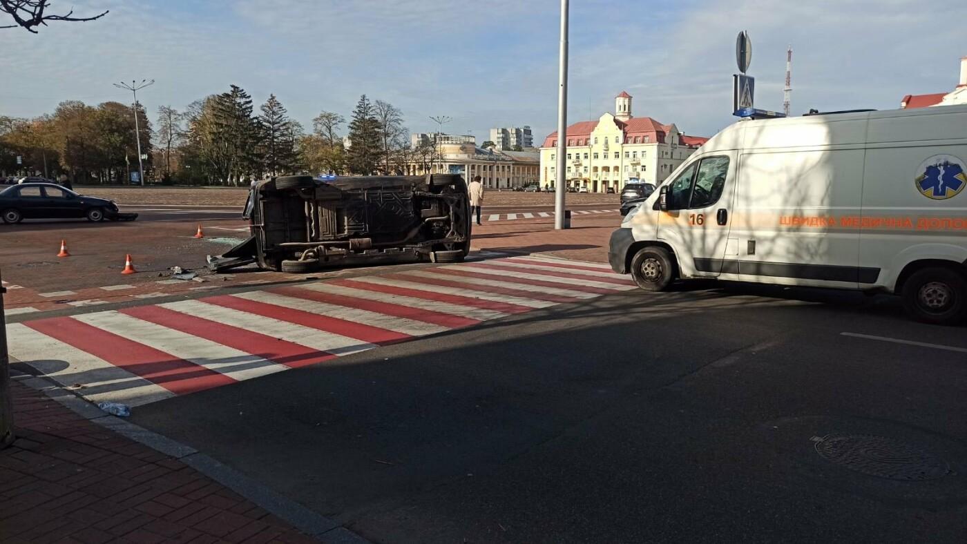 На Красній площі у Чернігові перекинувся Mercedes, фото-4