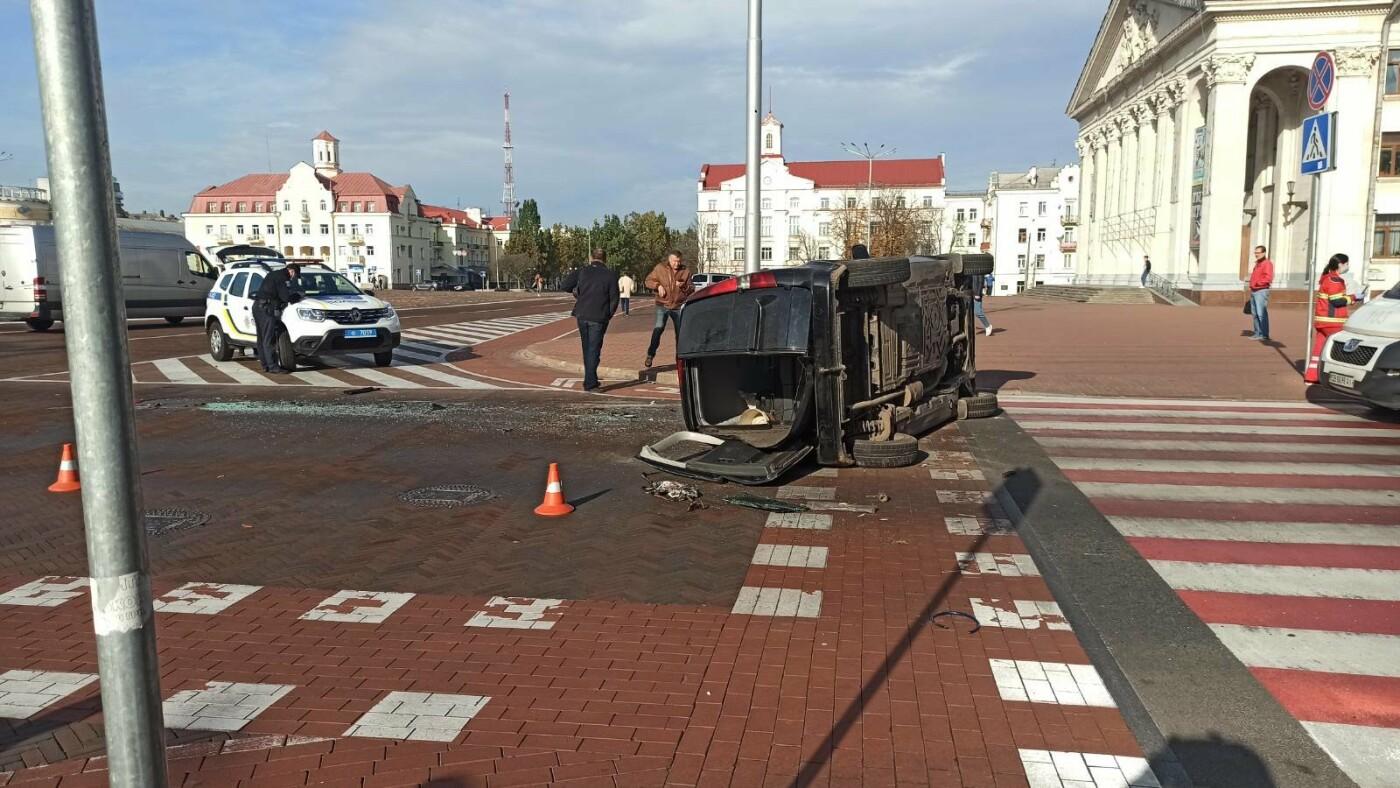 На Красній площі у Чернігові перекинувся Mercedes, фото-5