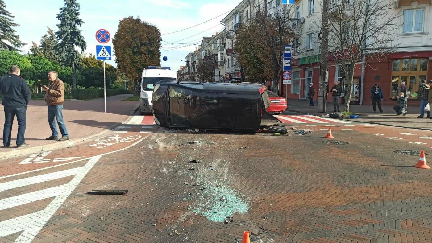 На Красній площі у Чернігові перекинувся Mercedes, фото-1