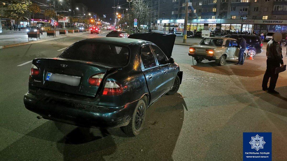"""Майже одночасно у Чернігові сталися дві ДТП: потерпілих забрала """"швидка"""", фото-1"""