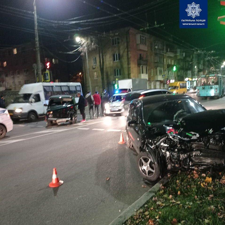 """Майже одночасно у Чернігові сталися дві ДТП: потерпілих забрала """"швидка"""", фото-2"""