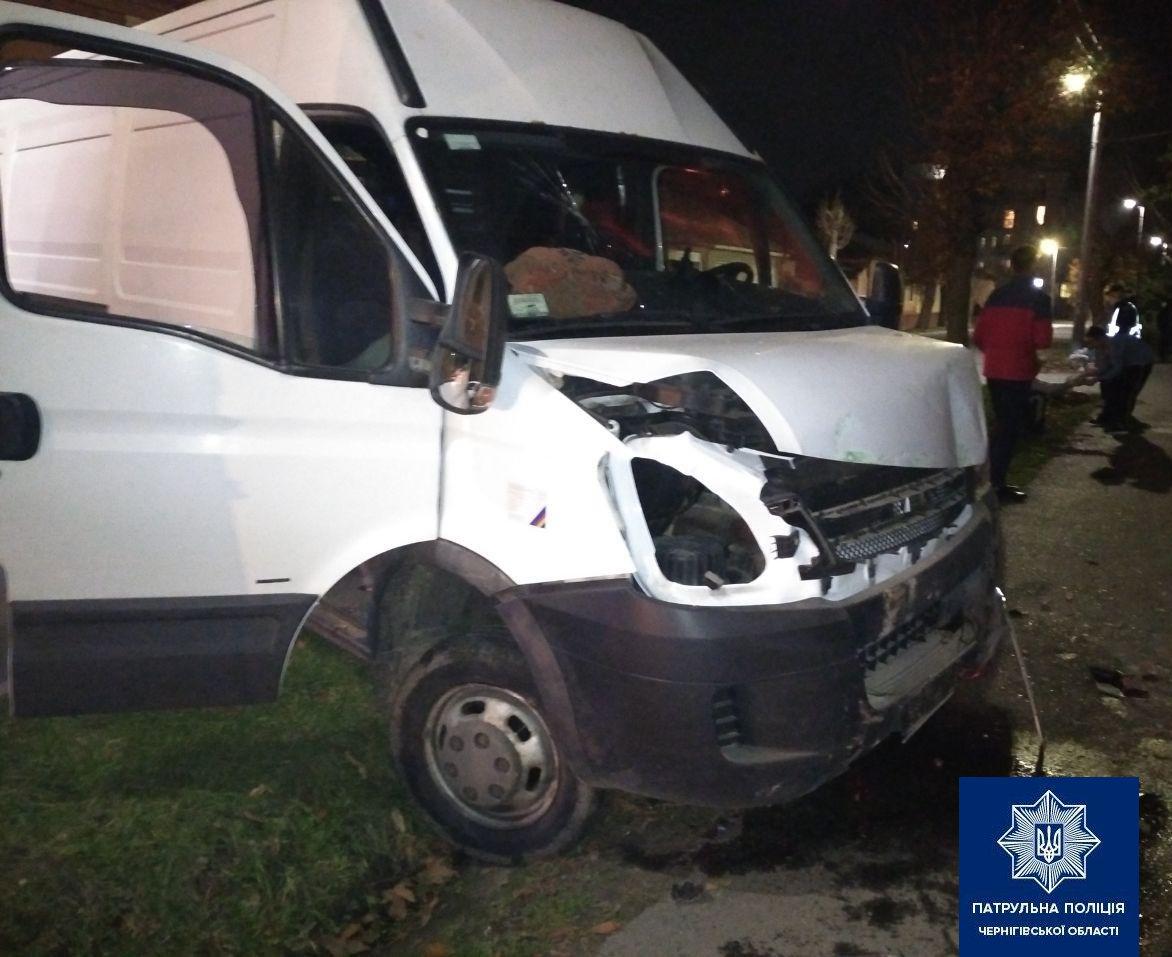 У Чернігові мікроавтобус влетів у будинок: водій виявився п'яним і без посвідчення, фото-1