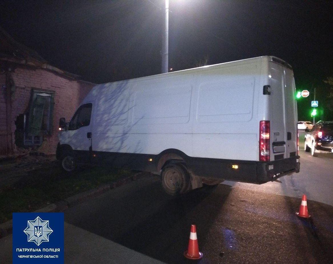 У Чернігові мікроавтобус влетів у будинок: водій виявився п'яним і без посвідчення, фото-2