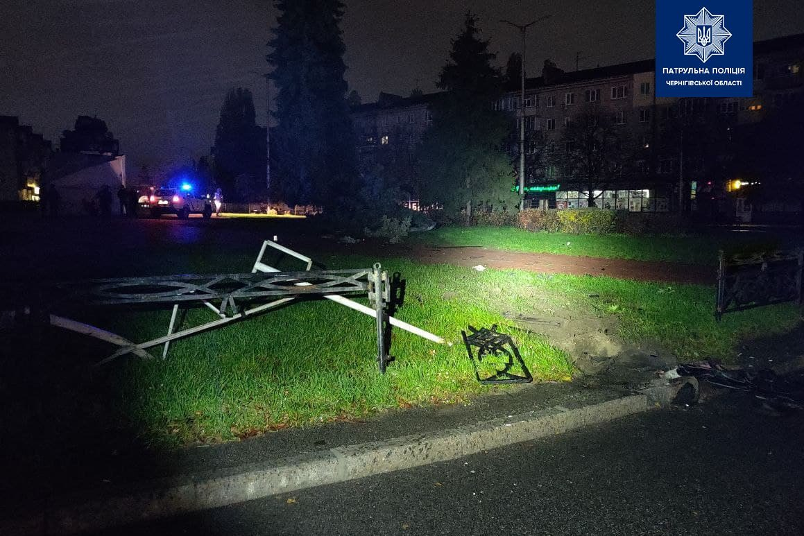 У Чернігові на Кругу машина знесла паркан та ялинку, фото-2