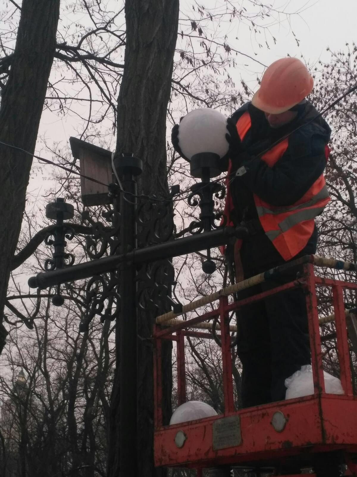 Болдині гори тепер зі світлом: комунальники ремонтують ліхтарі, фото-1