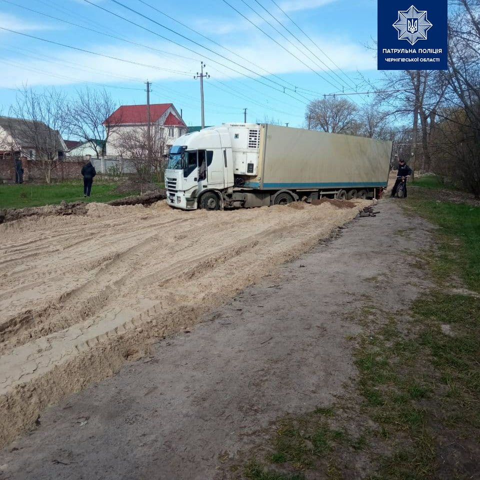 Дорожні знаки не просто для краси: вантажівка загрузла в пісках на Малиновського у Чернігові, фото-1