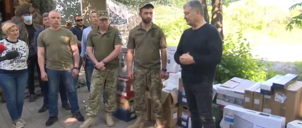 Порошенко поїхав на фронт, побував на «нулі» і передав військовим комплект відеоспостереження за противником , фото-1
