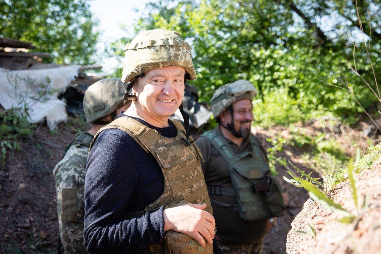 Порошенко поїхав на фронт, побував на «нулі» і передав військовим комплект відеоспостереження за противником , фото-4
