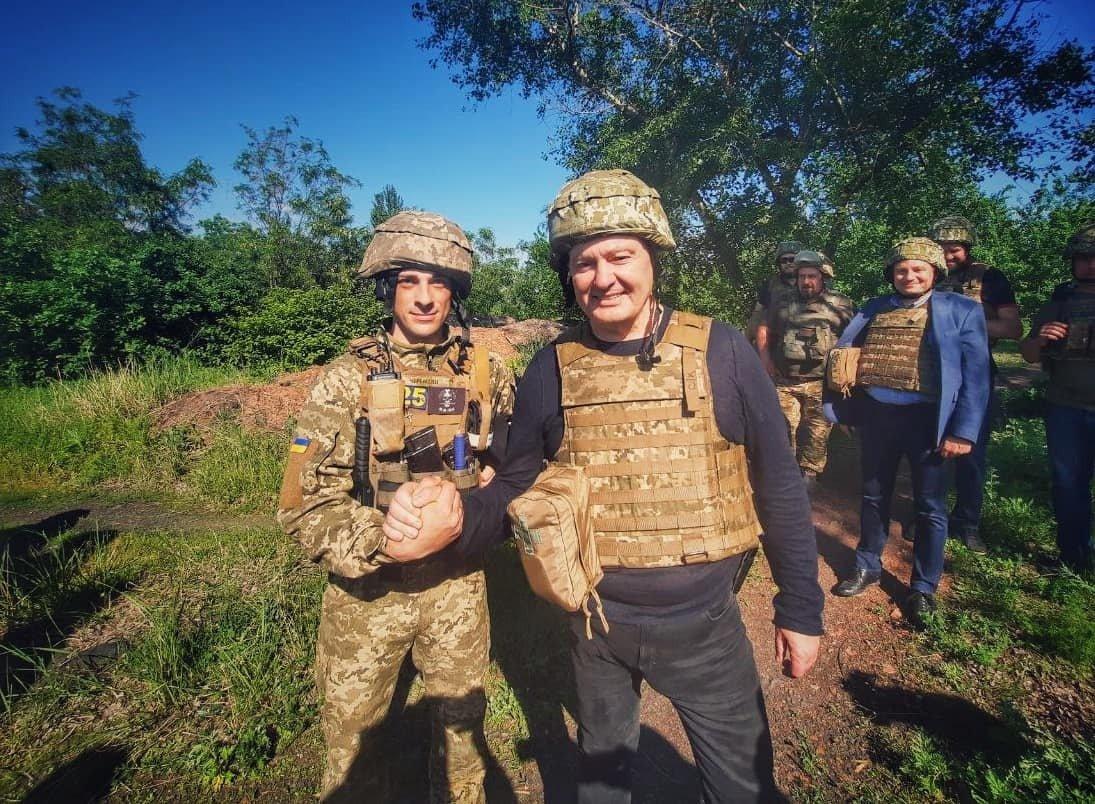 Порошенко поїхав на фронт, побував на «нулі» і передав військовим комплект відеоспостереження за противником , фото-5