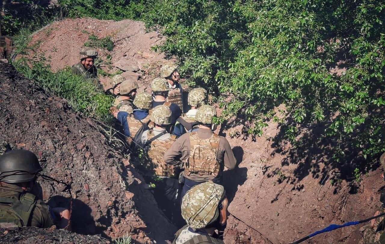 Порошенко поїхав на фронт, побував на «нулі» і передав військовим комплект відеоспостереження за противником , фото-6