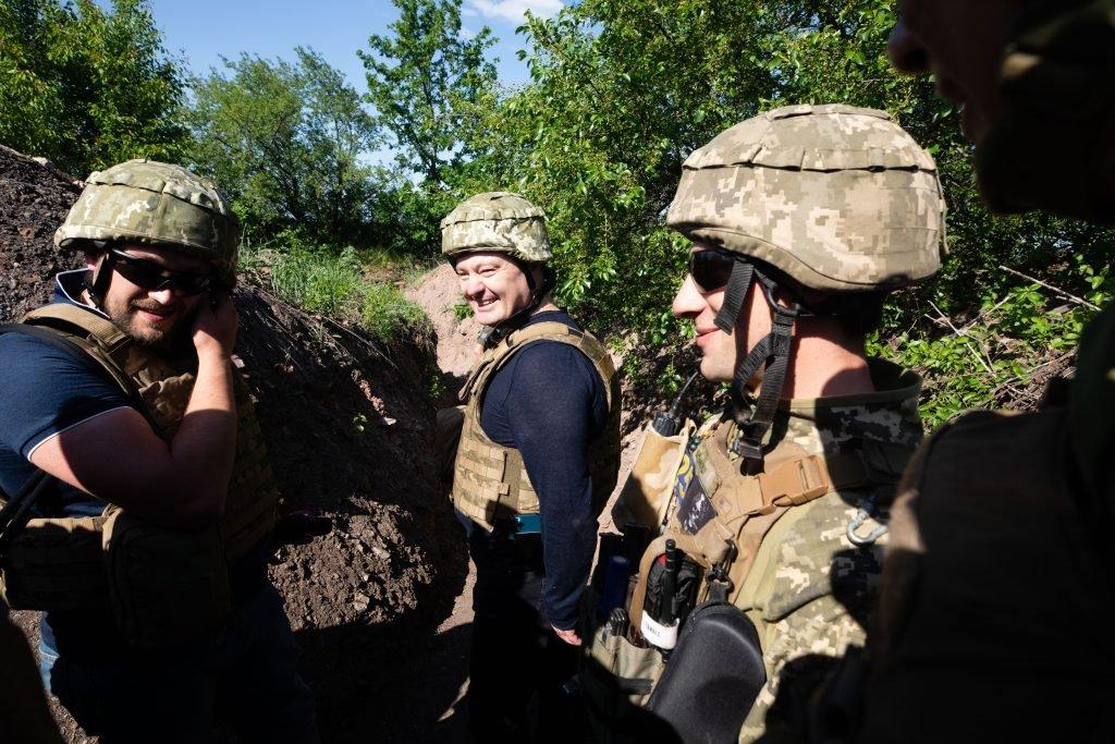 Порошенко поїхав на фронт, побував на «нулі» і передав військовим комплект відеоспостереження за противником , фото-7