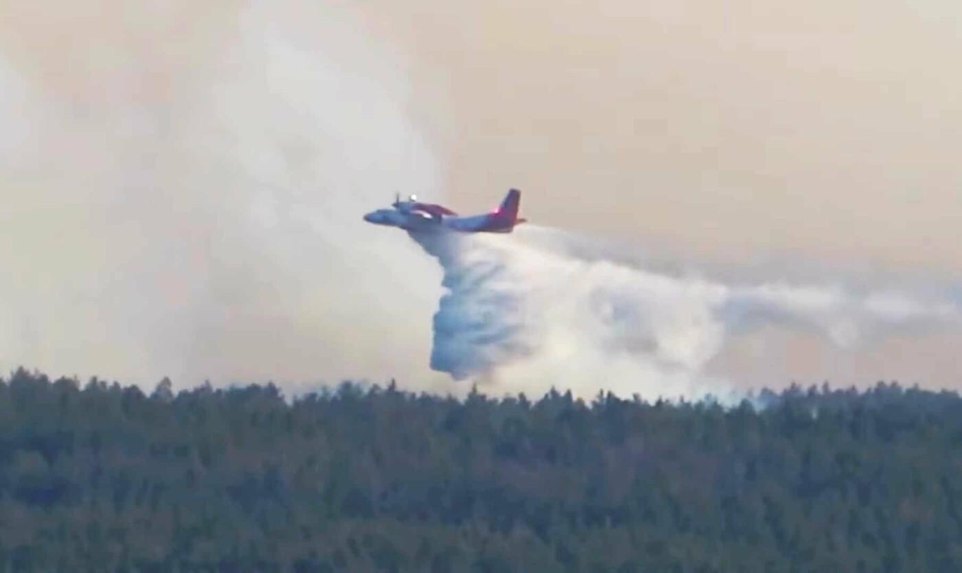 Гасіння пожежі літаком Ан-32П Стопкадр з відео Валерія Мироненко